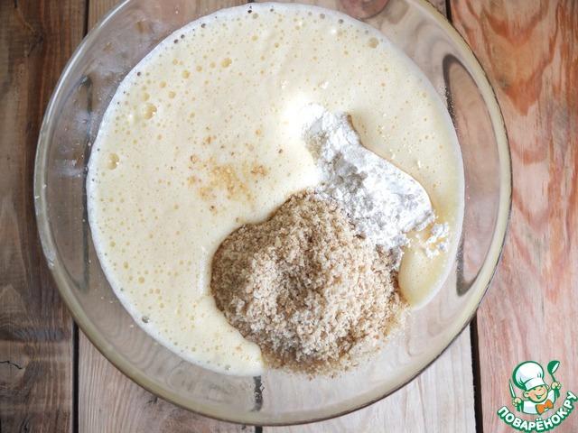 Яйца, сахар, ванильный сахар взбиваем до пышной светлой массы.    Всыпаем орехи, просеянную муку, разрыхлитель.