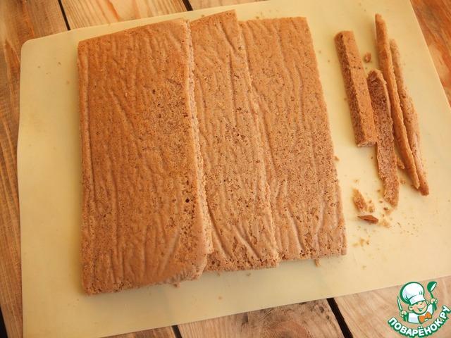Корж разрезаем на три части, срезаем неровные края. Их можно оставить на посыпку торта. У меня ничего не осталось, все съел мой маленький дегустатор :)