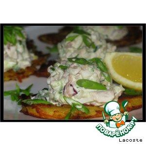 Салат из кальмара с курицей на картофельном облаке