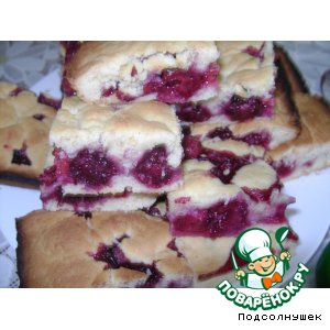 Пирог с вишней и ежевикой