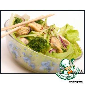 Зеленый салат с мидиями