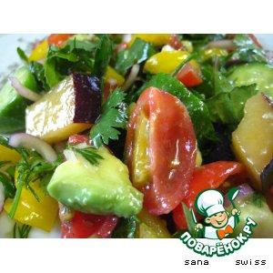 Овощной салат со сливами и авокадо