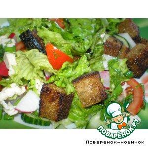 Салат с куриной грудкой и гренками