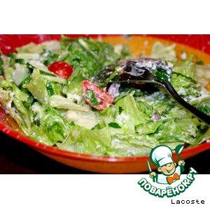 Зеленый салат с сырной заправкой