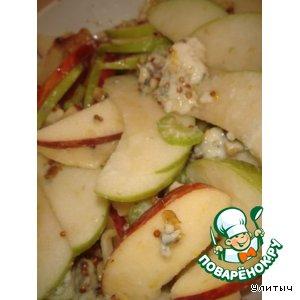 Салат с яблоком, сельдереем и рокфором