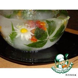 Ледяная чаша с живыми цветами