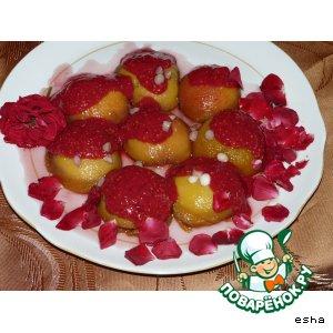 Персики в лепестках роз