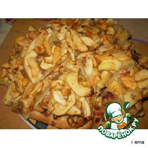 Пирог с яблоками и халвой
