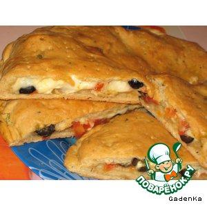 Лепешка на квасе с помидорами, сыром и оливками