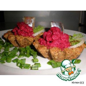 Хлебные тарталетки со свекольным пюре и сельдью