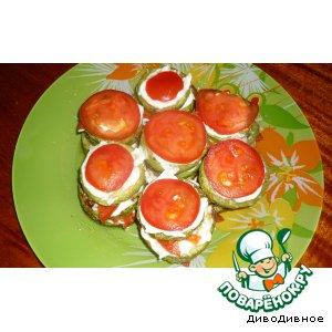 Кабачки, жареные с чесночным соусом и помидорчиком