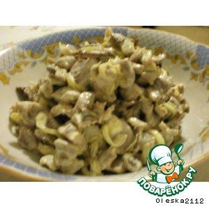 Салат из куриных желудочков с шампиньонами