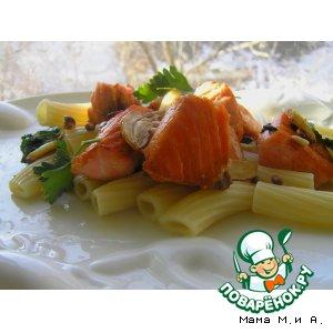 Паста с лососем, кедровыми орешками, чесноком и шпинатом