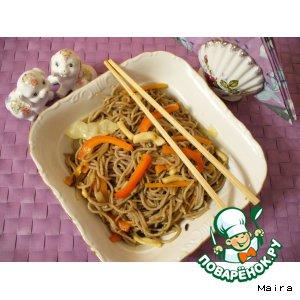 Гречневая лапша с овощами и кальмарами