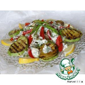 Теплый салат с овощами и сырным соусом