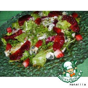 Салат с клубникой и сыром рокфор