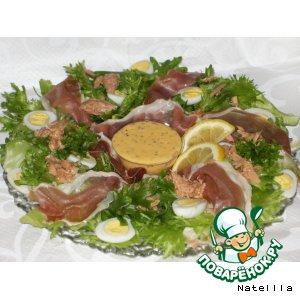 Салат с тунцом и пармской ветчиной