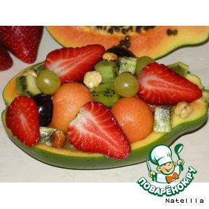 Фруктовый салат в лодочке из папайи