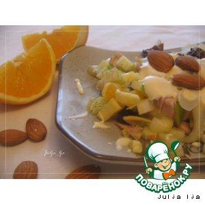 Салат с курицей, сельдереем и фруктами