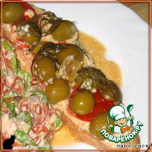 Лосось, запеченный с помидорами и оливками