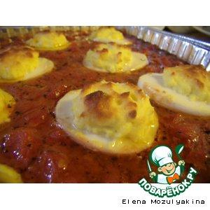 Фаршированные яйца запеченные в томатном соусе