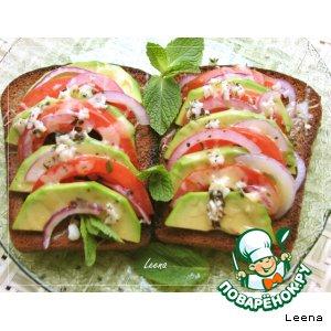 Теплые бутерброды с авокадо и помидорами
