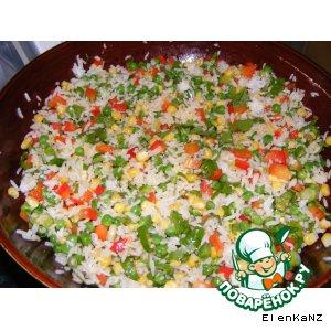 Пикантный салат из риса с кукурузой и зеленым горошком