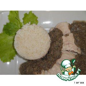 Куриное филе под орехово-грибным соусом