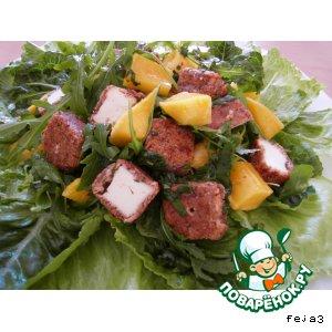 Салат с манго и овечьим сыром в ореховой панировке