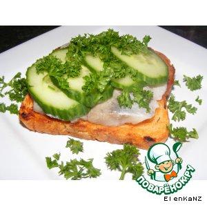 Бутерброды с сельдью и свежим огурцом