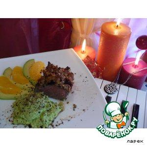 Стейк в ореховой панировке с соусом из авокадо