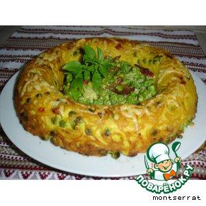 Корона из спагетти с зеленым горошком и ветчиной