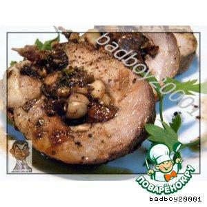 Свиная лопатка с грибами, черносливом и орехами