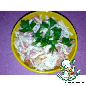 Салат с помидорами и копченым сыром