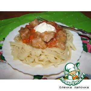 Рагу из мяса и паприки с яичной лапшой