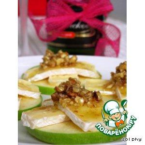 Закуска из яблок с камамбером и медовыми орешками