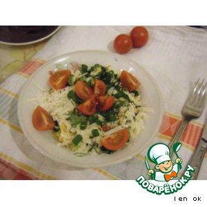 Салат с поджаренными колбасками, омлетом и пармезаном