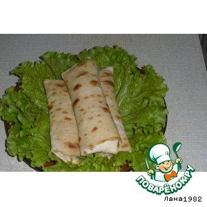 Рулетики из лаваша с курицей в сметанно-сырном соусе