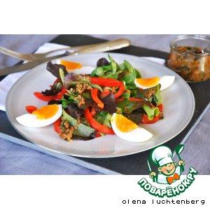 Зеленый салат с яйцом и анчоусной заправкой