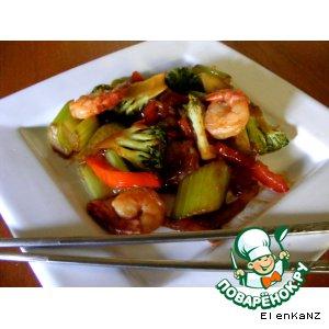 Креветки, жаренные с овощами