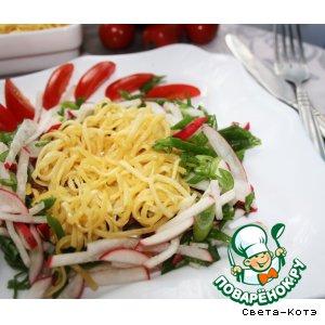 Теплый салат с лапшой