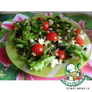 Салат с рикоттой, помидорами черри и тыквенными семечками