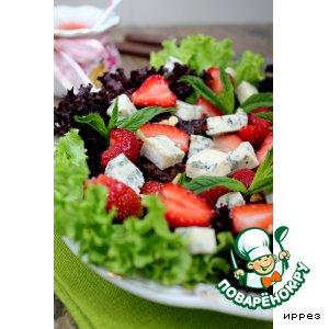 Салат с клубникой и клубничным соусом
