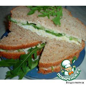 Сэндвич с яйцом, рукколой и огурцом