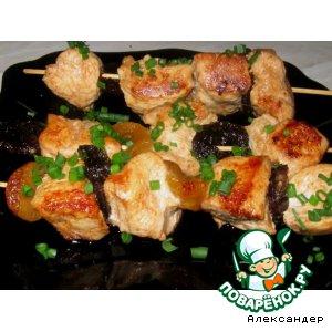 Куриные шашлычки с сухофруктами в красном маринаде