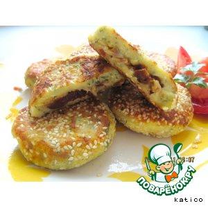 Творожные зразы с начинкой из сыра и вяленых помидоров