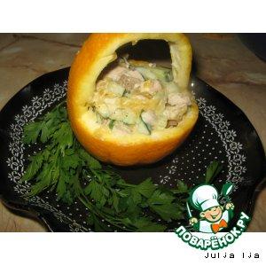 Куриный салат с апельсинами в корзинке