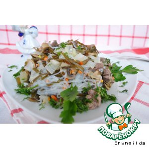 Теплый салат из куриной печени, морской капусты и фунчозы