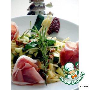 Салат из пасты с маринованными овощами