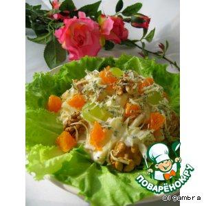 Сырный салат с фруктами и орехами